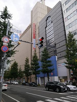 ブルーシートがかかっているのがソニーストア札幌の出店予定地。西隣には、札幌三越がある