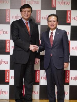 レノボ・グループのヤンチン・ヤン会長兼CEO(左)と富士通の田中達也社長(右)