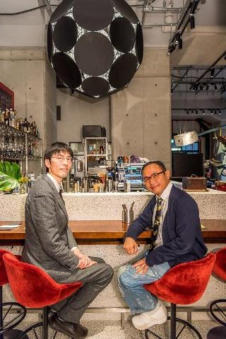 スマイルズ 遠山正道社長(右)。1962年東京都生まれ。慶應義塾大学商学部卒業後、85年三菱商事に入社。2000年にスマイルズを設立し、社長に就任。現在、「Soup Stock Tokyo」のほか、ネクタイ専門店「giraffe」、セレクトリサイクルショップ「PASS THE BATON」、ファミリーレストラン「100本のスプーン」、コンテンポラリーフード&リカー「PAVILION」を展開。「生活価値の拡充」を企業理念に掲げ、既成概念や業界の枠にとらわれず、現代の新しい生活の在り方を提案している。近著に『成功することを決めた』(新潮文庫)、『やりたいことをやるビジネスモデル-PASS THE BATONの軌跡』(弘文堂)がある。