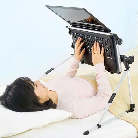 「超軽量折りたたみ式 仰向けゴロ寝デスク」(税込み3980円。以下、価格は全て税込み)。
