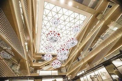 商業施設の共用部分は、キュリオシティのグエナエル・ニコラ氏がデザイン。天井に向かって「らせん」のようにぐるぐると回り、ギンザシックスのエネルギーを発信しているイメージ。天井には日本人アーティストの草間彌生氏による巨大な「カボチャ」が期間限定で展示されている