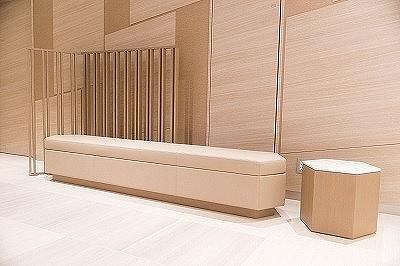 共用部分に設置する椅子も、内部に合わせてニコラ氏が新たにデザイン