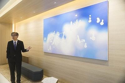 共用部分に飾られている、堂本右美氏の絵画作品「民」。森美術館の館長である南條史生氏の監修による(写真左)