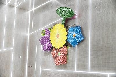 大巻伸嗣氏の彫刻「Echos Infinity-Immortal Flowers-」は江戸小紋の柄である朝顔や桔梗、菊の花や蝶の形を組み合わせたもの