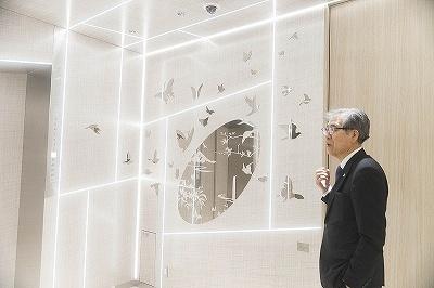 船井美佐氏の「楽園/境界/肖像画」は、絵の前に立つと絵の中に映り込み、見ている人が絵の主役になる