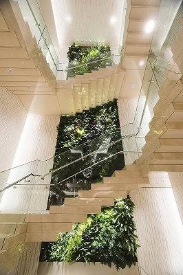 高さ約12メートルの壁面に、対となる2つのアート作品を展示。写真は、植物学者兼アーティストのパトリック・ブラン氏による、日本に生息する固有種の本物の植物を織り交ぜたアート作品