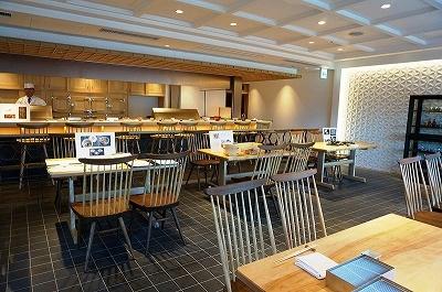 「てんぷら山の上 Ginza」は、エントランス近くに茶屋をイメージしたウェイティングバー、樹齢250年一枚ものの檜カウンター、隠れ家的なスペースの個室カウンター(6席)など、職人技を感じさせる凝った内装にも注目