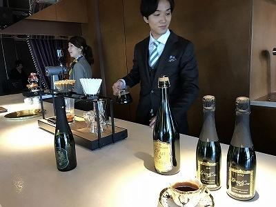「GRAND CRU CAFE GINZA」の「Grand Cru Cafe」は、コーヒー豆の鮮度を保ちアロマを閉じ込めるために、シャンパンボトルに焙煎した豆を詰めて販売している