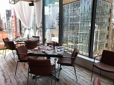 「Salt grill & tapas bar by Luke Mangan」のバーコーナーでは野菜を使ったヘルシーでユニークなカクテルやミニバーガーなどのタパスが楽しめる。和光の時計台も眺められるダイニングの窓際の席は競争率が高そうだ