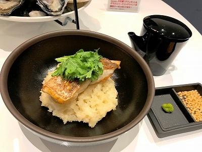 """「EMIT FISHBAR」のギンザシックス限定メニュー「いろいろな貝の出汁で作る""""お茶漬け風""""リゾット 鮮魚のグリル添え」(1380円)は、牡蠣など数種の貝の出汁と旨みが詰まったリゾット。そのままの味を堪能した後、特製の出汁をかけてアラレや山葵と一緒にお茶漬け風にして食べられる"""