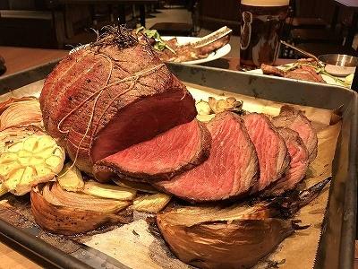 """""""肉がうまいパブ""""「Grill&PUB The NICK STOCK(グリル&パブ ザ・ニックストック)では、スペシャルローストビーフ(2kg)が1600円。キャッシュオンで、気軽に本格的な肉料理を堪能できる"""