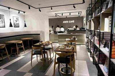英国から日本初上陸の「JOE'S CAFE」(5階)。季節に合わせた本場の紅茶や、日本茶に合わせたスコーンなどの焼き菓子を提供するという。店内で自由に読める本を置いたブックスペースにはかなりレアな本もあるとのこと