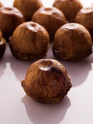 「フィリップ・コンティチーニ」はカフェも併設。「クイニー・タタン」(450円)は、バターと砂糖で煮含めたりんごをクイニー・アマン生地で包み、香ばしくキャラメリゼしている