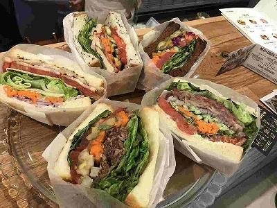 """「ミート アンド グリーン 旬熟成」は発酵熟成肉の専門店がニューヨークスタイルのサラダと進化系サンドウィッチ""""萌断サンド""""をコラボさせた新業態。発酵熟成肉をたっぷり使用したサラダとサンドイッチを提供"""