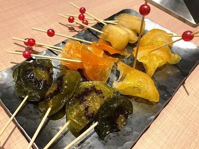 「綾farm(アヤファーム)」は日本初となる国産果実の生ドライフルーツ専門店。旬の果実のみを使用した果汁をたっぷり含んだ生ドライフルーツはまるで上生菓子のように上品で、果実の風味がしっかり感じられる