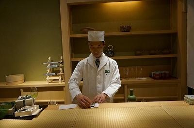 和食の若き鬼才と称される黒木純氏と京都のお茶の老舗福寿園とのコラボによる、和の物販店「くろぎ茶々」。イートインでは和菓子のほか、湯島名物・鯛茶漬けも提供