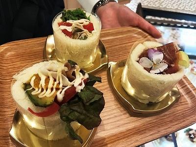 「パティスリー銀座千疋屋」では、同ブランド初となるロールサンド3種を販売。「マスクメロン×生ハム」「アボカド×フルーツトマト×チーズ」「オレンジ×ベジタブル」(各350円)