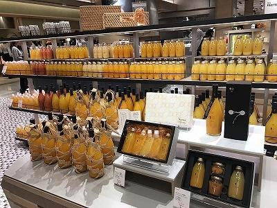 「10 FACTORY(テンファクトリー)」では、単なるオレンジジュースではなく、豊富な柑橘類の種類から選べる