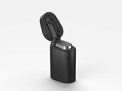 「Xperia Ear」。手のひらにすっぽり収まるライターのような形状のケースにすっぽり収まる。本体では待ち受け80時間、通話3.5時間が可能。ケースに収納することで、ケースから本体に充電できる。ケースのバッテリー容量は、本体満充電3回分
