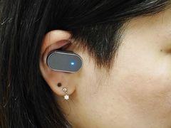 「Xperia Ear」は6.8g。小型なので、耳にはめても目立たない。駆動中、ブルーのLEDライトが息づくように「ほわんほわん」と点滅するのは、「生命を感じさせたい」というこだわりだ