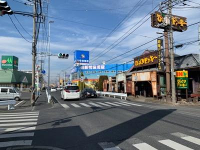 埼玉サービスセンターのすぐそばに国道4号がある。その道沿いに、ハンバーグレストランやうどん店、牛丼店などがある