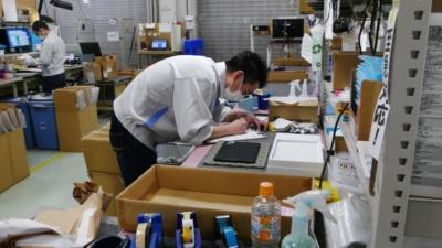 クオリティコントロールをパスした製品は、必要に応じてクリーニングが施され、梱包されたあと出荷される