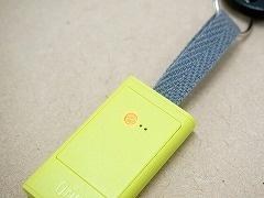 背面にLEDランプを内蔵し、電池カバーを固定するクリア素材のネジがランプの穴を兼ねている。またリボン部分は、好みのリボンに変更することも可能だ