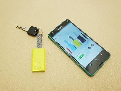 Qrioのスマートタグ「Qrio Smart Tag」(左)。価格は3980円(税別)。専用アプリをインストールすることで、iPhoneとAndroid端末のどちらでも利用できる