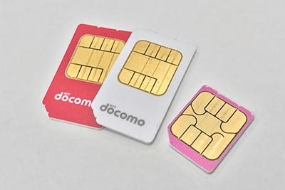 キャリアのSIMカードは、サイズの違いだけでなくバージョンの違いもあり、色やデザインで区別できるようになっている