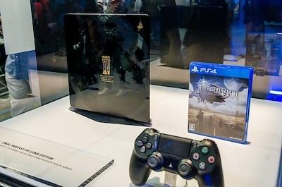 『FINAL FANTASY XV』が同梱される新ハード「PlayStation4 FINAL FANTASY XV LUNA EDITION」も展示されている
