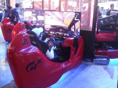 真っ赤なマシンに乗り込み、レーサー気分で楽しめる『グランツーリスモSPORTS』の試遊台は、さすがの人気ぶり