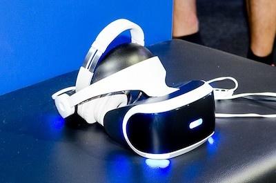 これがPSVR。装着すると視界がすっぽりと覆われ、ゲームの世界にすっぽりと浸れてしまう
