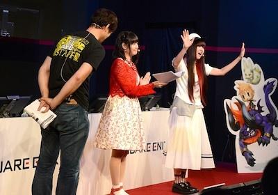 左からゲームプロデューサーの千葉広樹さん、声優の竹達彩奈さん、喜多村英梨さん。3人はワールド オブ ファイナルファンタジーの物語やゲームシステムを紹介した