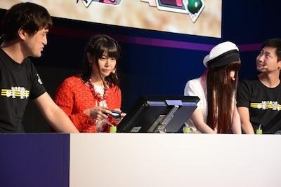 竹達さんと喜多村さんは、ワールド オブ ファイナルファンタジーを今日初めて遊んだという。「いきなり触らされて戸惑う」と語っていた