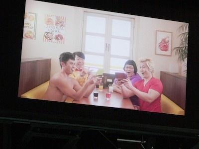 ファミレスでCM収録をしている最中の宣伝大使のみなさん。上半身裸の小島さんの姿が実におかしい