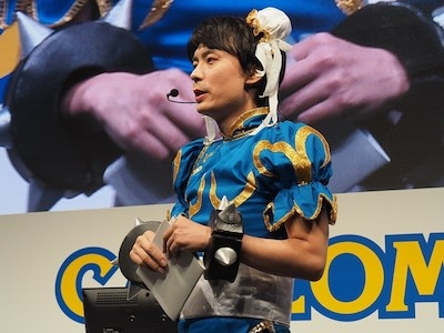 他のイベントでタキシードを着たら「正装で出ろ」とネットからお叱りを受け、今回は正装で登場した綾野アシスタントプロデューサー