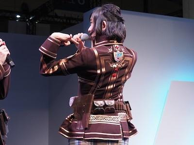 後ろも前もしっかりと再現されている衣装をアピールする倉持由香さん