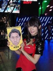 KONAMIブースの来場者には、この香川真司選手バージョンをはじめとする6種の「お面型うちわ」や、「グローブ型うちわ」などが配布されている