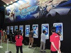 スマートフォン型のディスプレイが目を引く『遊戯王 デュエルリンクス』の試遊台。事前登録者だけで65万人という数字を達成しているゲームを一足早く体験するチャンスだ