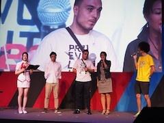 メインステージで開催されていた「『ウイニングイレブン 2017』世界に挑め」。写真中央が2年連続で世界チャンピオンに輝いたァスマカバィル(usmakabyle)氏。チャンピオンに勝つと、香川真司選手のサイン入りユニホームがもらえるのだ