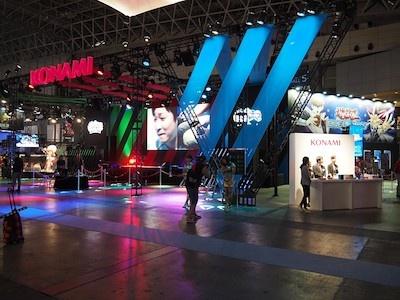 大きなメインステージを中心に、右手に『遊戯王 デュエルリンクス』、左手に『ウイニングイレブン 2017』の試遊台や「ポッピングフラッシュ」コーナーなどが配置されているKONAMIブース