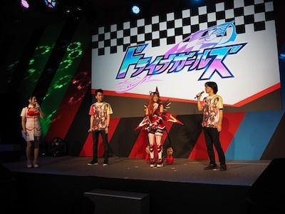 17日10時30分からKONAMIブースのメインステージで行われた、新タイトル発表イベント。左からMCの舞川れみさん、キャラクターデザインのUGUME氏、ランシエ姿の林花音さん、そして、シニアディレクターの石渡大助氏