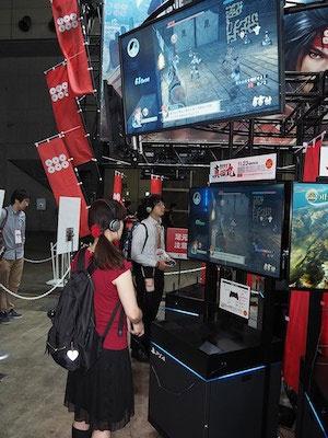 『戦国無双 ~真田丸~』の試遊台。上部に設置されたディスプレーには試遊画面のほか、トレイラー映像が流れている