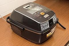 炊飯に使用した「南部鉄器 極め羽釜 NW-AS10」。象印マホービンの最上位モデルだ
