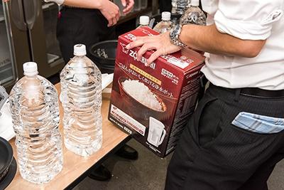 最初の水は米にかなり吸水されるので、よい水にこだわりたい。象印マホービンでは、今回の審査会でも使用した、ご飯を炊くのに最適なアルカリ性の水が作れる「炊飯浄水ポット MQ-JA11」を販売している