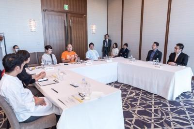 「米のヒット甲子園」の最終審査会の様子。都内のホテルで9つのノミネート米を食べ比べながら7人の審査委員が審査を行った
