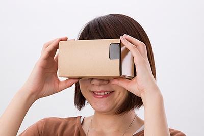 写真の「ハコスコ」のように、安く購入できる簡易的なVRビューワーが登場して、VR視聴は一気に身近になった