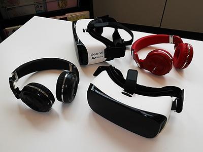 すぐ婚VRを体験する際に使用する機材。「GearVR」は1万5000円前後と安価で導入しやすい。ほかの取材でも多く見かけたVRゴーグルだ