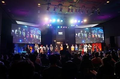 大友氏が運営統括を務めるeスポーツ大会「RAGE」。11月23日にスマホカードゲーム「シャドウバース」の日本一を決める大会を東京・秋葉原で開催した。リングアナウンサーによるアナウンスやコスプレイヤーによる舞台演出など、メジャースポーツにもひけを取らない工夫で、動きの少ないeスポーツ観戦を盛り上げた
