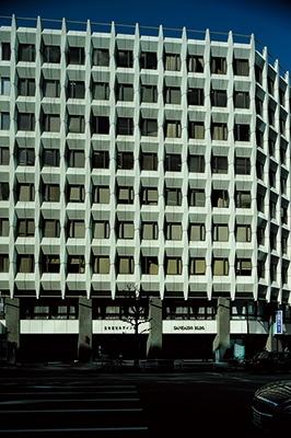 三会堂ビルのプレキャストコンクリート製外壁の立体的な格子柄は、名建築の多い溜池交差点界隈でも際立っている